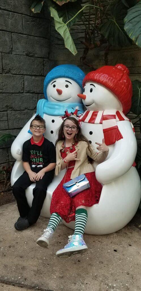 gaylord palms ICE - 2 kids sitting on snowman